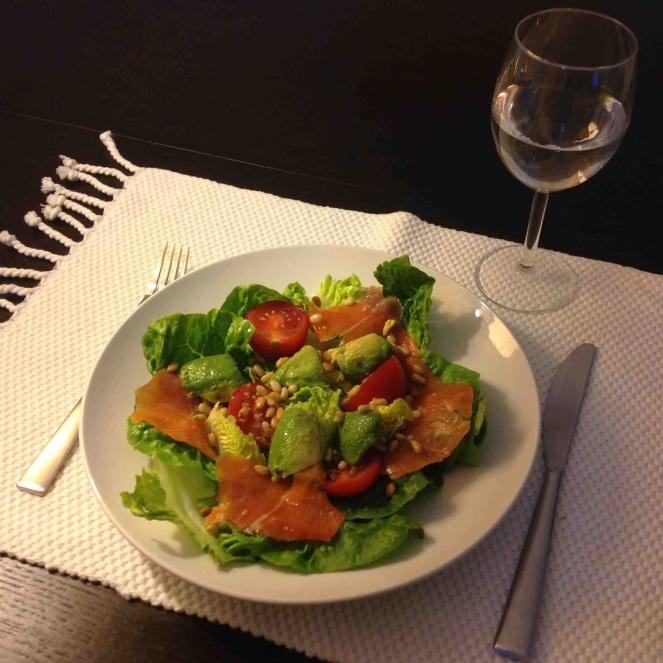 Salade d'avocat, tomates, saumon fumé et pignons de pin
